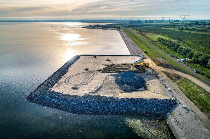 Op het moment dat TenneT het contract met Heijmans opzegde, was het aannemingsbedrijf volop bezig met de aanleg van ene werkeiland bij Krabbendijke. Na jaren vertraging is de bouw van de 380kV-lijn nu in volle gang.