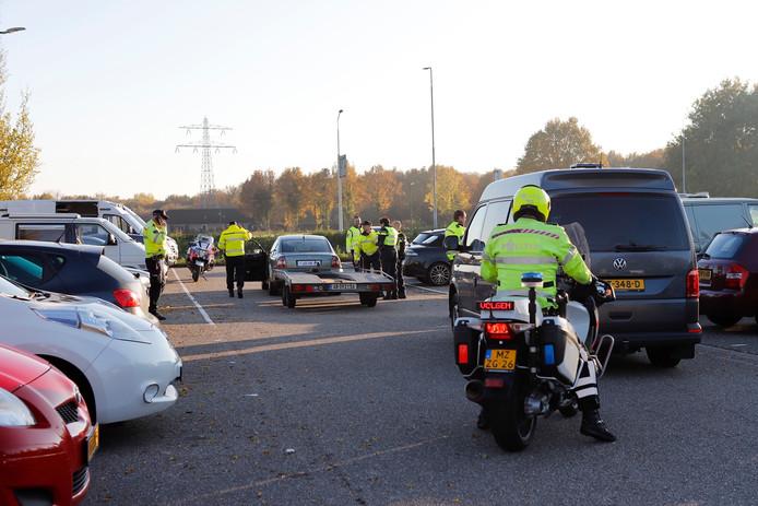Agenten in actie bij de verkeerscontrole in Cuijk.