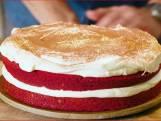 Een red velvet cake met roomkaas maak je zo
