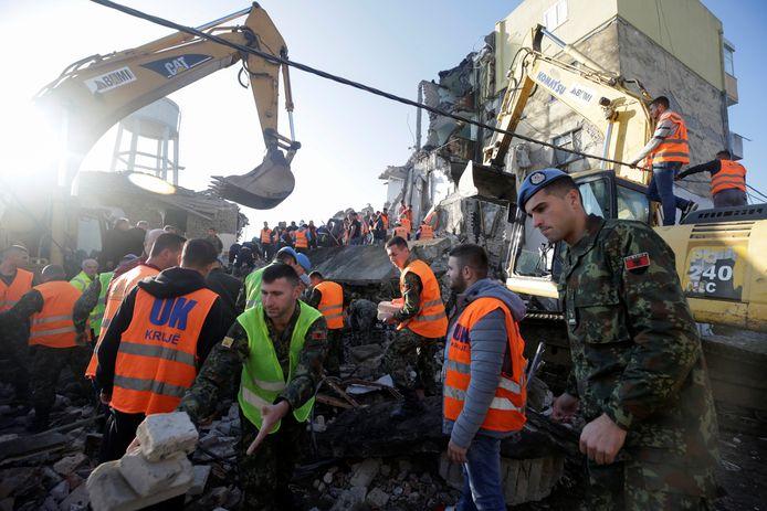 Het leger helpt bij de reddingsacties.