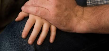 Opa uit Haaksbergen betast kleinzoon 'per ongeluk': celstraf geëist