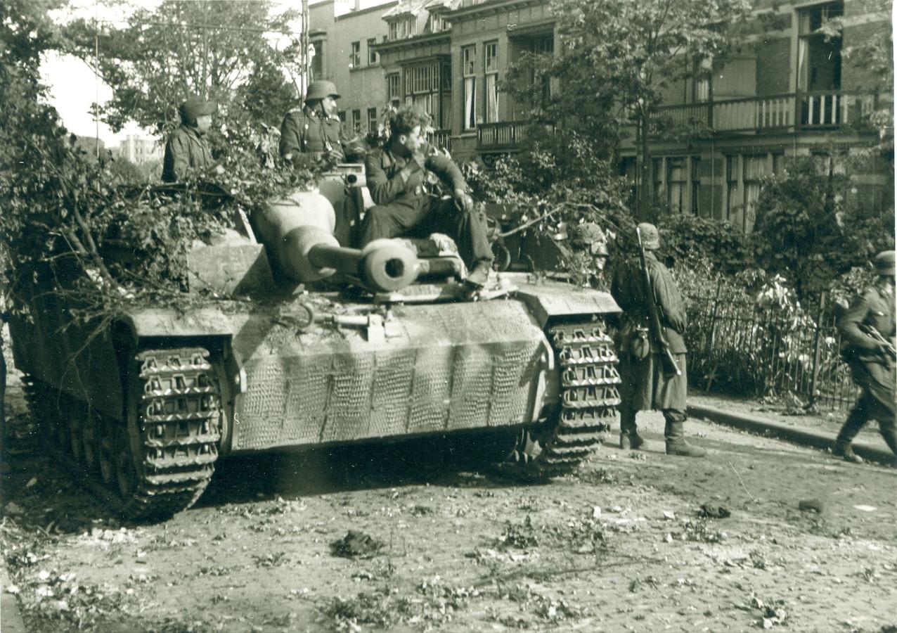 Een Sturmgeschutz van de Kampgruppe Harder rolt de helling van Onderlangs op en nadert de kruising met de Utrechtseweg. Een beeld uit een serie van de Duitse Kriegsberichter Jacobsen tijdens de Slag om Arnhem.