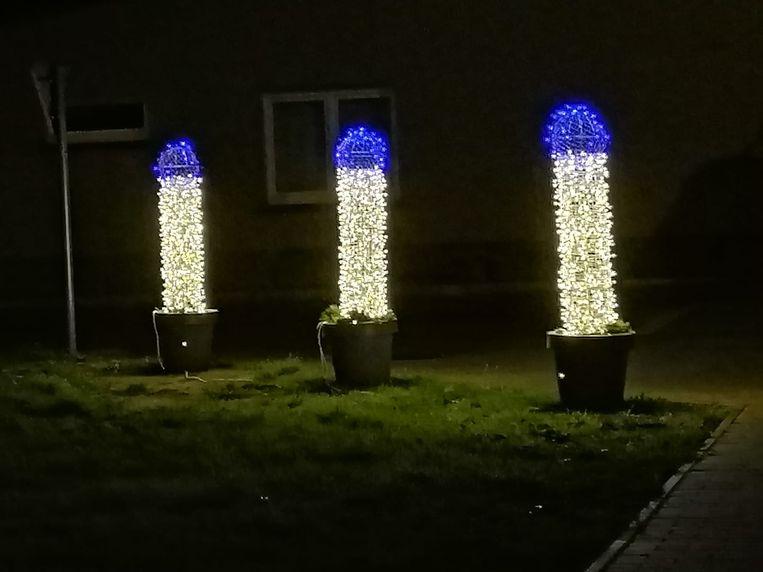 In Ettelgem en Roksem staan 90 opvallende zuilen als kerstverlichting opgesteld. Beeld Facebook