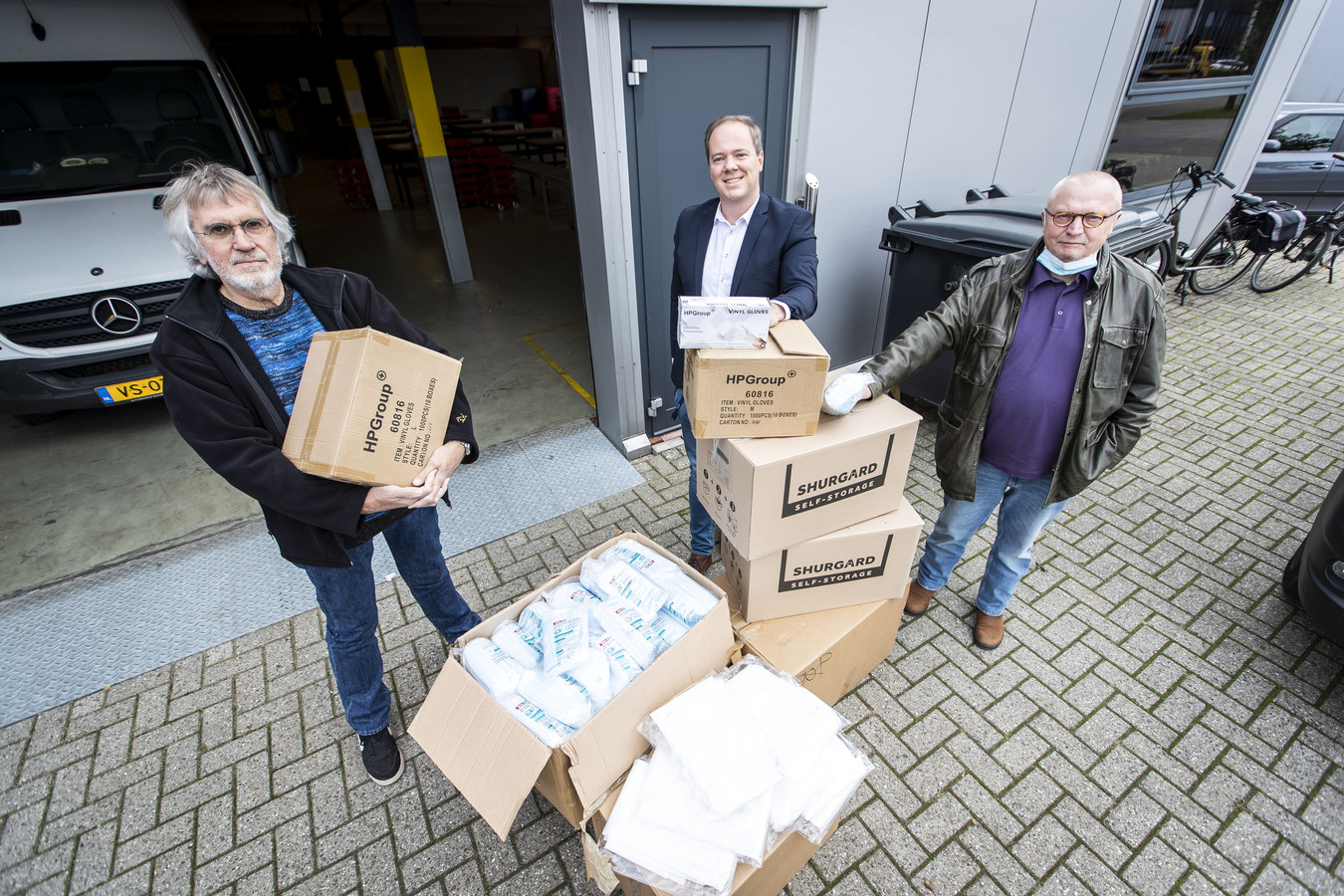 De voedselbank Oost-Achterhoek kreeg vorig jaar 10.000 mondkapjes van FC Twente fanclub Hardcore Eibergen. v.l.n.r. Henk Kok (voorzitter voedselbank Oost Achterhoek) , Jordy Geerdink (Optima Pharma, HP group) en Heinz Clasen (bestuurslid voedselbank Oost Achterhoek).