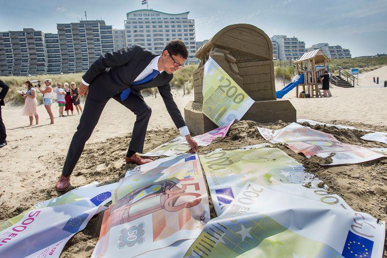 Tijdens een Oeso-conferentie in Noordwijk in 2017 ligt op het strand het geld voor het oprapen. Beeld ANP