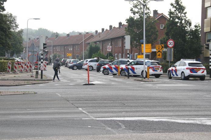 Veel eenheden ter plaatse in Almelo, en agenten met pistolen op straat