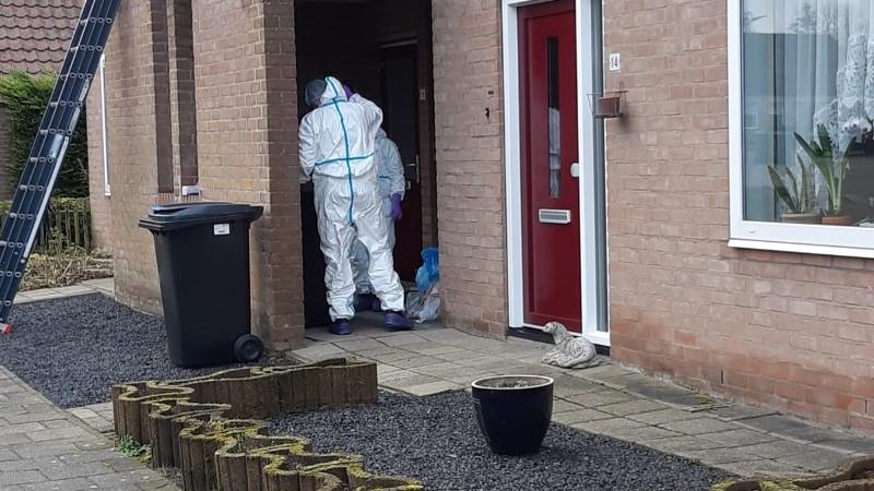 Specialisten van de politie en het Forensisch Instituut doen onderzoek in de woning van de vermiste Ichelle van de Velde in Oostburg.