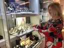 Anita Navest vult de vitrines die vanwege de mogelijke avondklokrellen uit voorzorg werden leeggehaald.