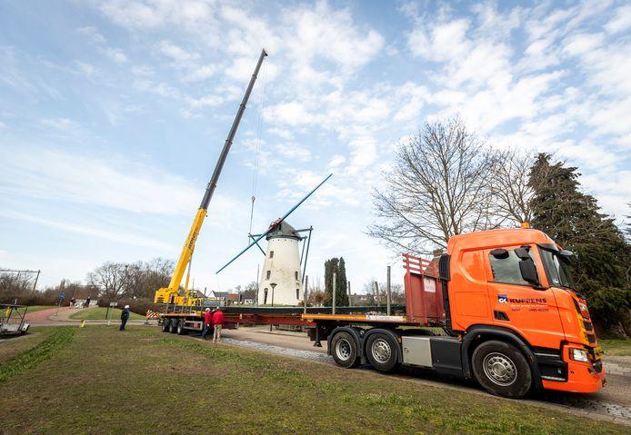Bij de molen 't Nupke in Geldrop worden de wieken eraf getakeld.