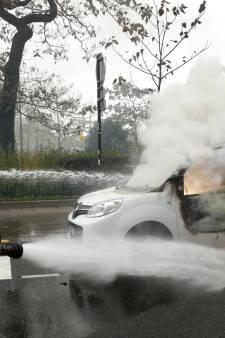 Un an des gilets jaunes: des pompiers empêchés d'intervenir à Paris, des policiers piégés dans une laverie