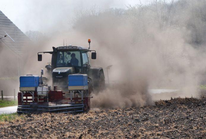 Droogte in de Achterhoek boer bewerkt land bij Winterswijk.