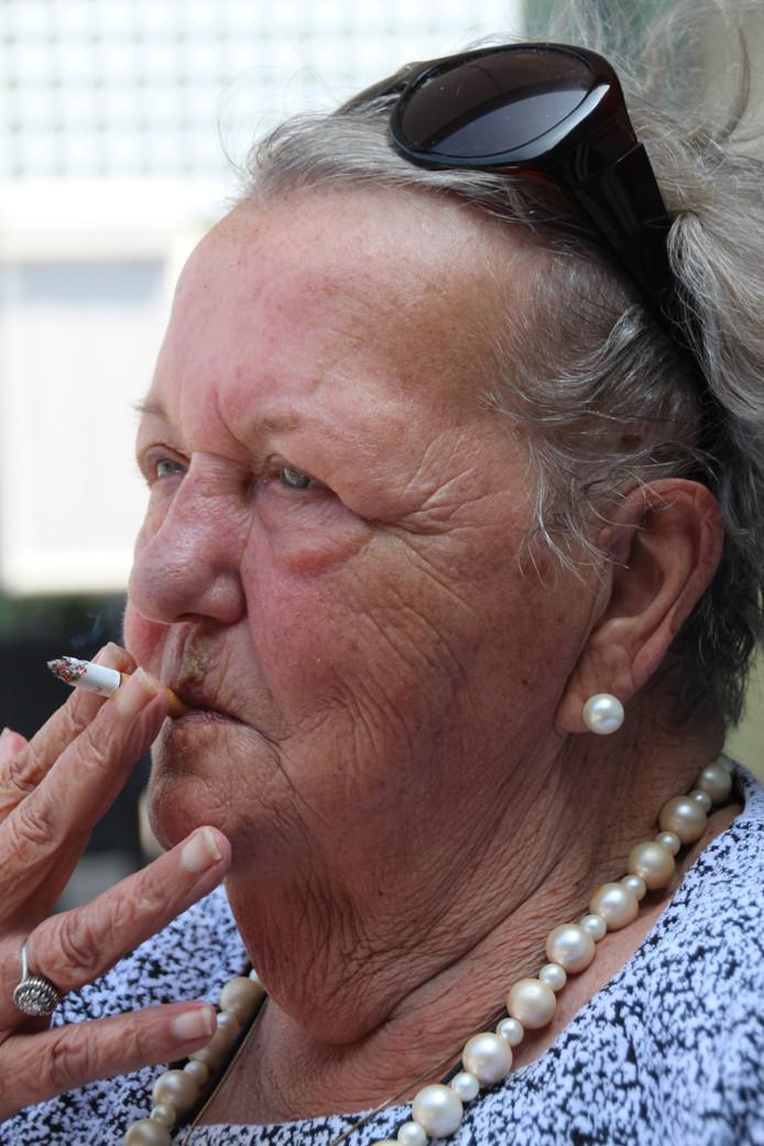 Riet Matthijssen-Klaassen, alias Riet de Ster, in de nazomer van 2018, met haar sigaretje.