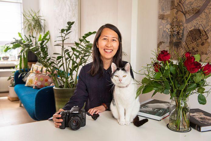 Lisa Tang is kattenfotograaf en brengt een boek uit met honderden katten die ze op de foto heeft gezet. Hier op de foto met haar geliefde kat Aaiko.