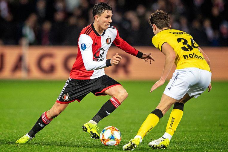 Steven Berghuis passeert FC VVV-speler Simon Janssen.  Beeld Guus Dubbelman / de Volkskrant