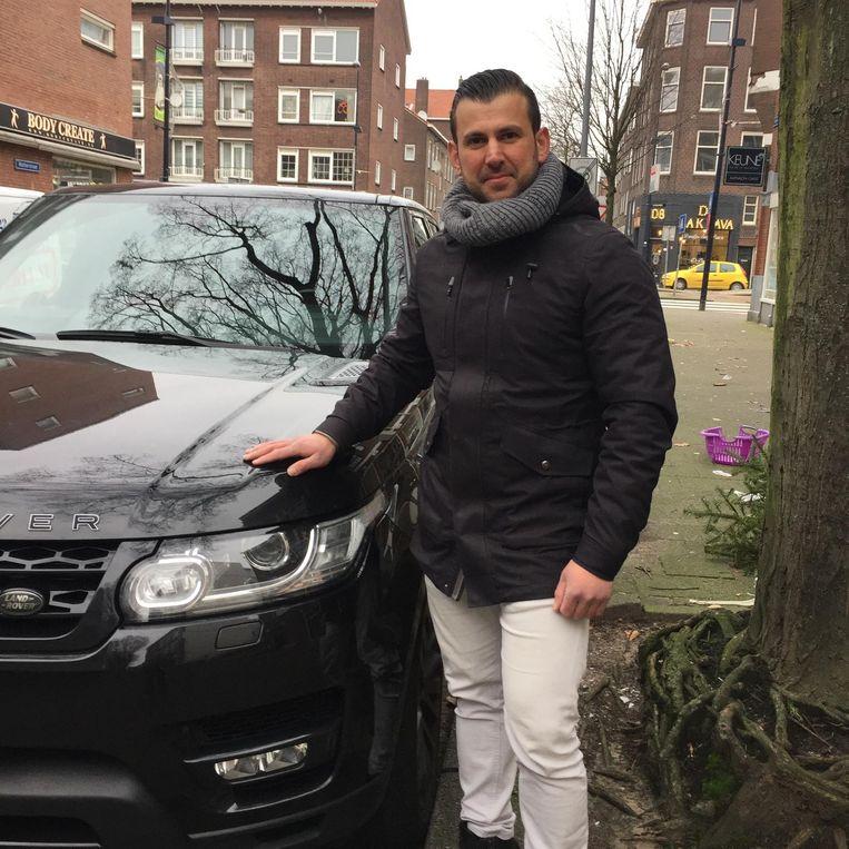 Mustafa bij zijn wagen Beeld