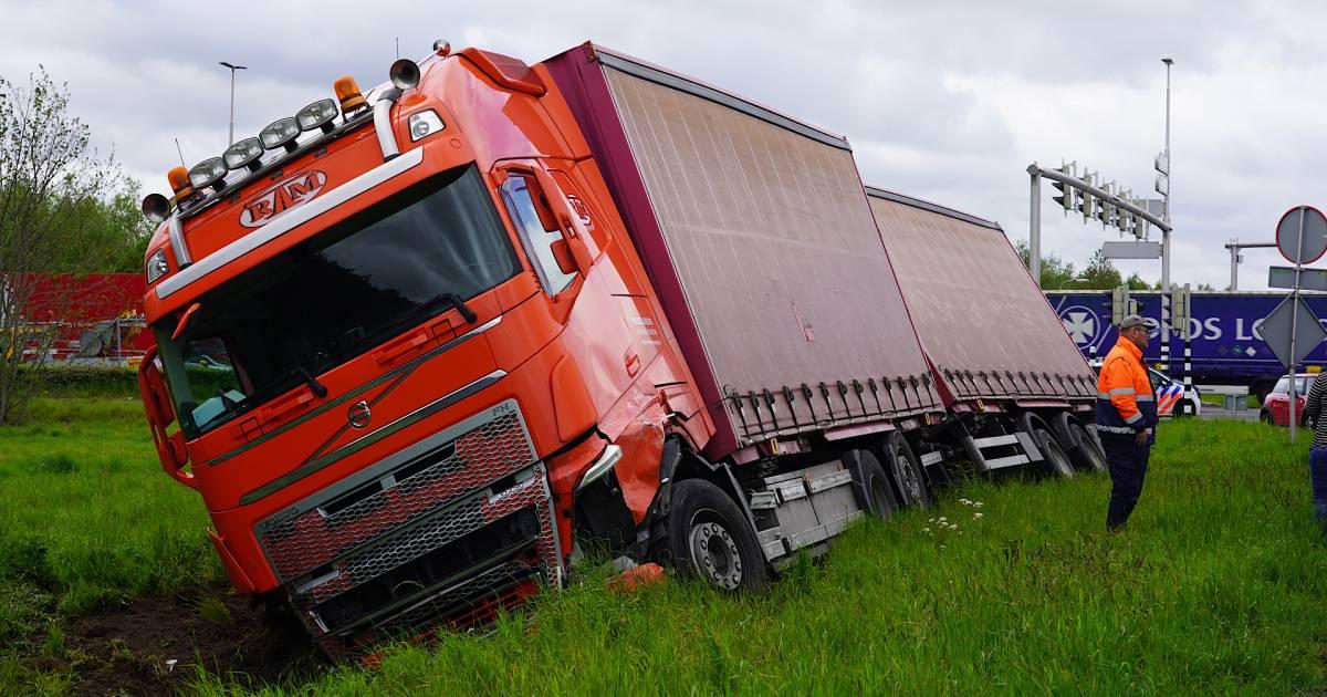 Ongeluk tussen vrachtwagen en auto in Tilburg, twee personen bekneld.