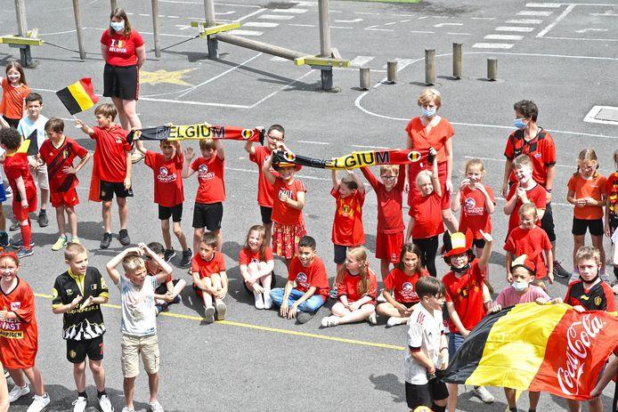 De Rode Duivelsgekte in De Graankorrel: ook de juffen achteraan kwamen naar school in het rood