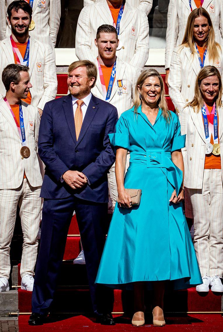 Een lachende koning Willem-Alexander en koningin Máxima tijdens het fotomoment. Beeld ANP