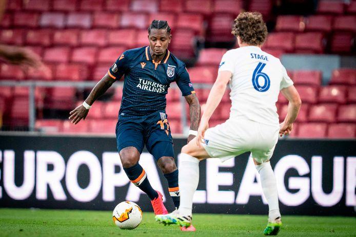 Eljero Elia (l) namens Basaksehir in actie tegen FC Kopenhagen.