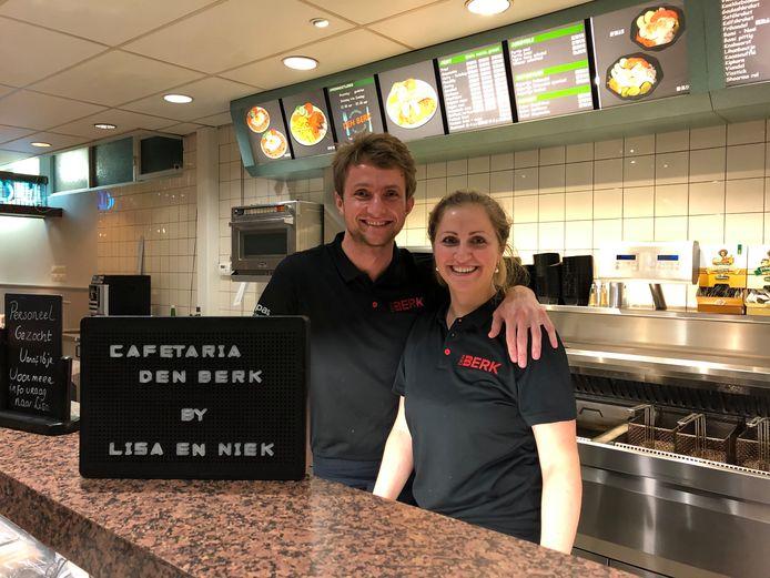 Een lekker fanatiek stel, Lisa en Niek de Weijer. Ze nemen cafetaria Den Berk aan de Kreitenmolenstraat over van naamgever Wil van den Berk.