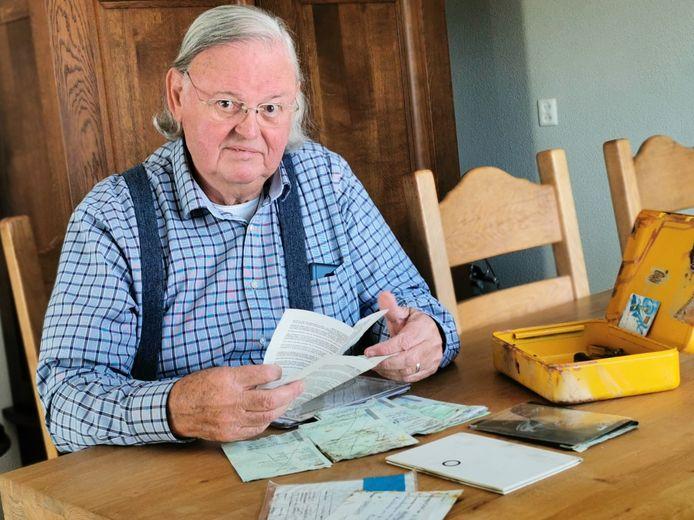 Ferrie Moubis met het gele kistje vol papieren dat na een inbraak in zijn huis later door de politie in een sloot in Clinge werd teruggevonden.