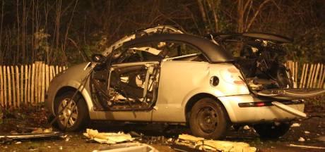 Auto ontploft door vuurwerkbom in Den Haag, brokstukken hangen in de boom