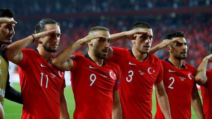 Plusieurs responsables politiques veulent sanctionner le salut militaire des joueurs turcs, vendredi, face à l'Albanie. Plusieurs responsables politiques français ont demandé l'annulation du match de ce soir.