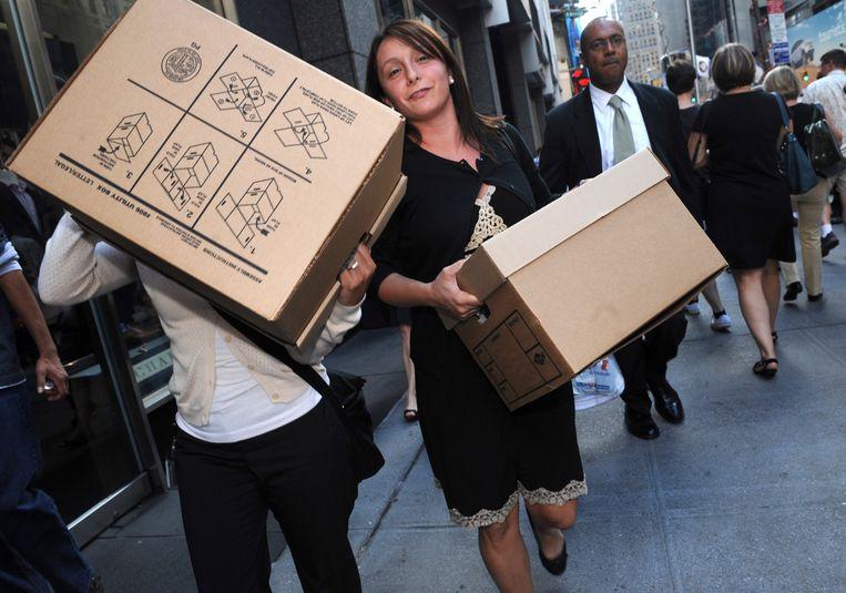 Werknemers van Lehman Brothers vertrekken met hun persoonlijke spullen na het faillissement. Tooze: 'De paniek bij de financiële crisis van 2008 verzinkt in het niets bij wat corona aanrichtte.'  Beeld ASSOCIATED PRESS