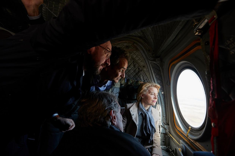 Ursula von der Leyen (rechts), voorzitter van de Europese Commissie, inspecteert met onder anderen de Griekse premier Kyriakos Mitsotakis (tweede van rechts) en voorzitter van de Europese Raad Charles Michel (naast Mitsotakis) de Grieks-Turkse grens en de vluchtelingen daar. Beeld EPA