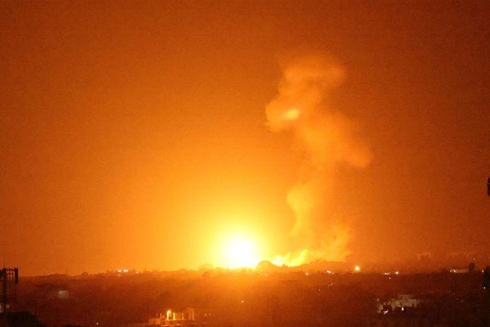 Archiefbeeld. Een grote vuurbal is te zien na een eerdere luchtaanval van Israël op Khan Younes in de Gazastrook. (23/08/2021)