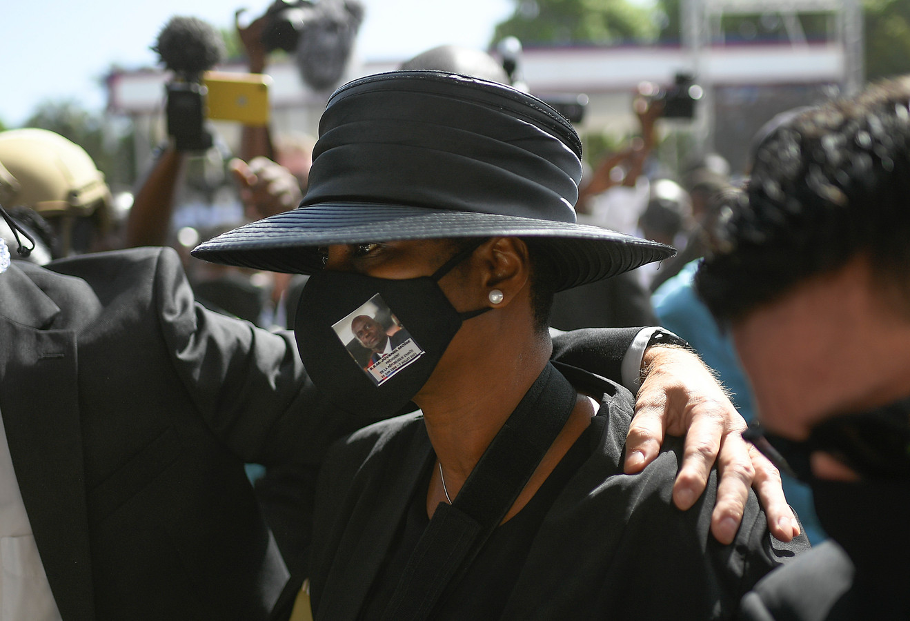 Martine Moïse arriveert bij de begrafenis van haar man.
