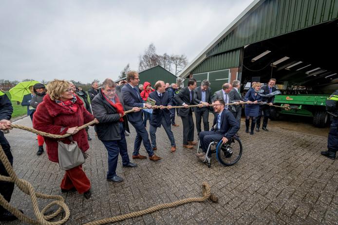 De burgemeesters van de Achterhoek geven het startsein voor de Achterhoekse samenwerking tegen criminaliteit. Foto: Emiel Muijderman.