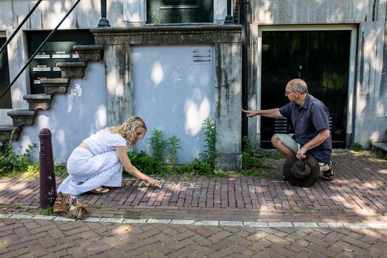 Maxime Boersma en Arend Wakker op 'botanisch stoepkrijt'-expeditie in de Plantagebuurt. Beeld Nosh Neneh