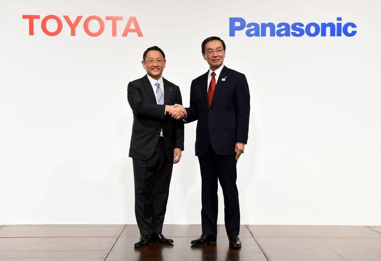 Toyota-baas Akio Toyoda schudt de hand van Panasonic-voorman Kazuhiro Tsuga.