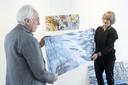 - Marion Bouwhuis opent zaterdag, samen met Maike Eilers en Karen Gillis, de tentoonstelling Stroming en Spiegeling bij galerie Beeld & Aambeeld. Samen met Karel Betman aan het ophangen van de werken.