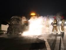 Auto gaat op de A6 in vlammen op