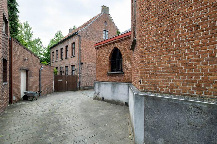 De gemeente Bornem verkoopt naast de kerk ook de pastorie van de Sint-Annaparochie