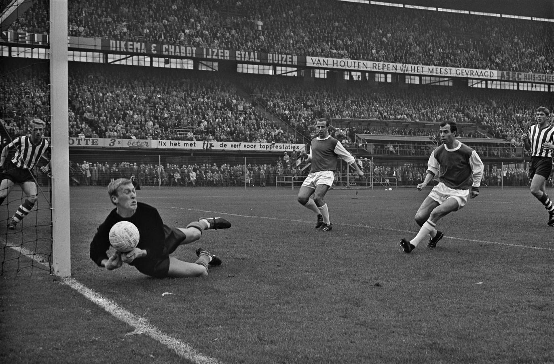Coen Moulijn is dichtbij een doelpunt tijdens de derby in 1965. Sparta-doelman Pim Doesburg brengt redding. Frans Bouwmeester (midden) en Sparta-back Hans Bentzon kijken in spanning toe