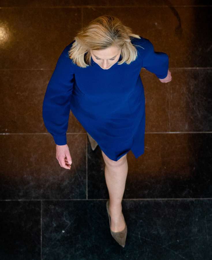 Sigrid Kaag (D66) voorafgaand aan het RTL Verkiezingsdebat, in de 'peperdure' jurk.