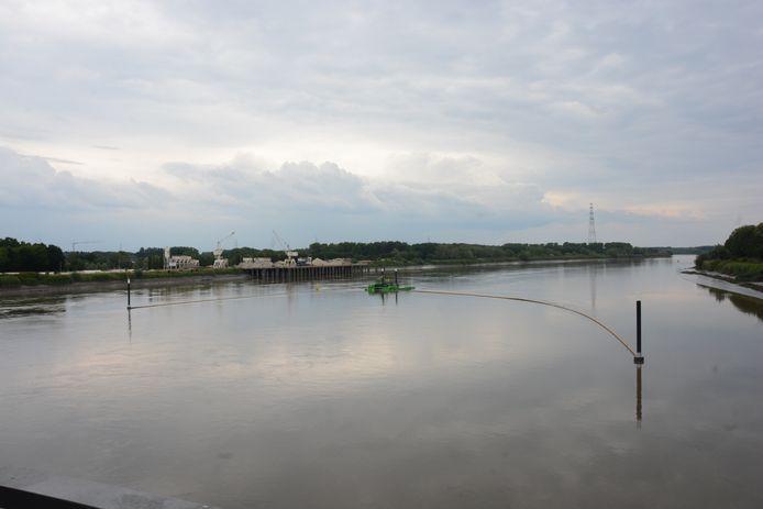 De fuik overspant een groot deel van de Schelde. Met behulp van de stroming wordt afval opgevangen in een drijvend verzamelplatform.