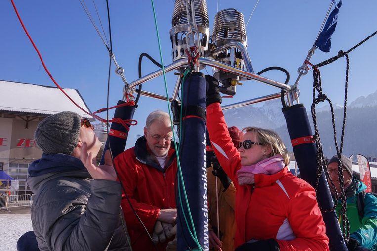 Elisabeth Rosseneu in de mand van de stadsballon, waarmee ze één van de komende dagen het Kanaal wil oversteken.