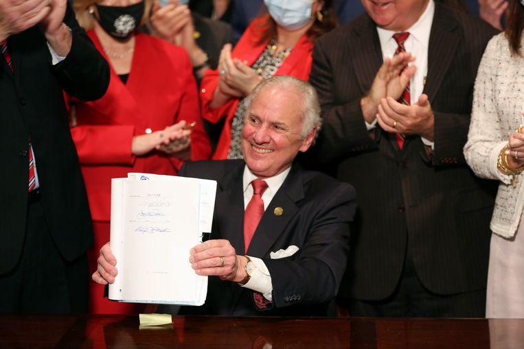 Gouverneur Henry McMaster, heeft donderdagavond (lokale tijd) een wet ondertekend die bijna alle abortussen in de staat verbiedt. Beeld AP