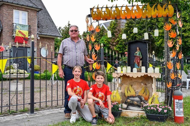 Willy Hoogewys samen met zijn kleinkinderen Lotte en Niels die hem mee hielpen knutselen.