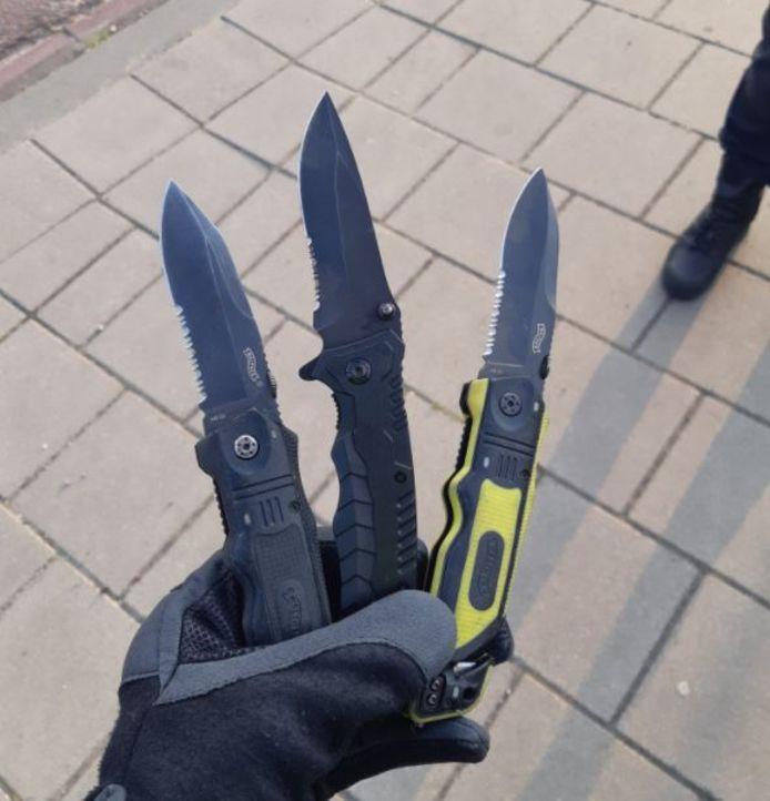 De politie ontdekte direct drie messen.