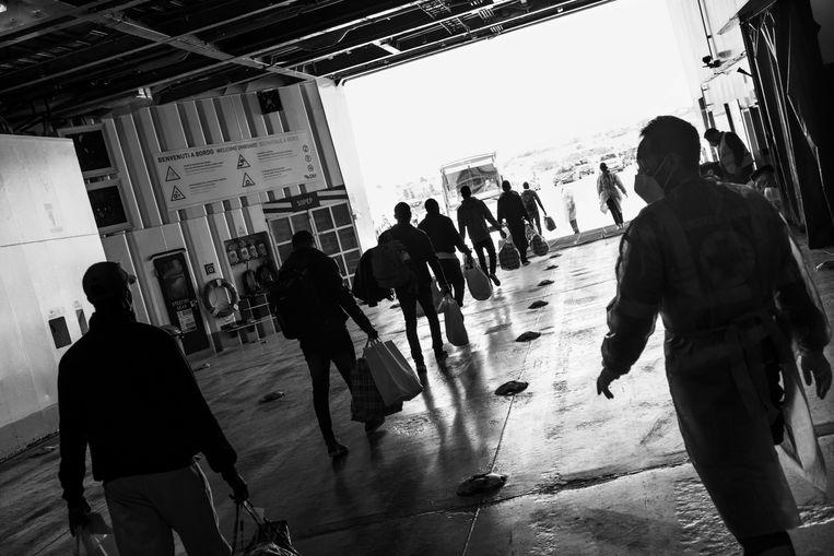 Migranten verlaten het schip Allegra na de verplichte quarantaineperiode.  Beeld Hollandse Hoogte / Magnum Photos