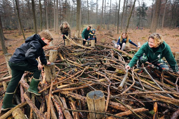 De moeders Anoek Beekhuizen (M) en Lotte Klein (R) zijn een locatie van Natuurlijk Sportief gestart met als doel om meer kinderen naar buiten te krijgen de natuur.