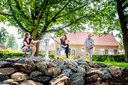 Het pleintje aan de Valendries is inmiddels aangekleed met een insectenhotel, waterspeelplaats en een blotevoetenpad Op de foto Frans Derks, Iris Stevens (met korte spijkerbroek aan) en Lieke Vergunst met haar dochtertje.