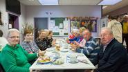 Buurtbewoners ontbijten in De Klapstoel
