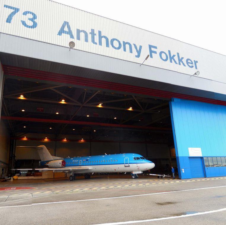Een Fokker 70 die al is ontdaan van het KLM-logo op de staart, staat klaar in KLM-Hangar 73 op schiphol Oost, waar ooit Fokkervliegtuigen werden afgeleverd. Het toestel is verkocht aan een maatschappij in Papoea Nieuw-Guinea. Beeld Herman Stil