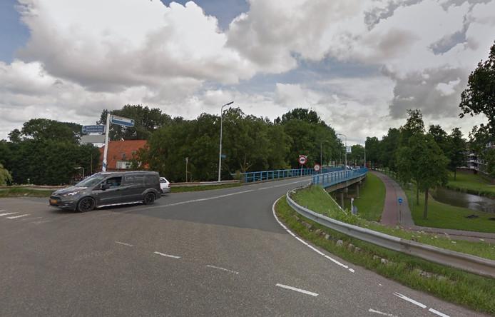 Truckers gebruiken de Kerkweg omdat ze niet over de Blauwe Brug mogen rijden.